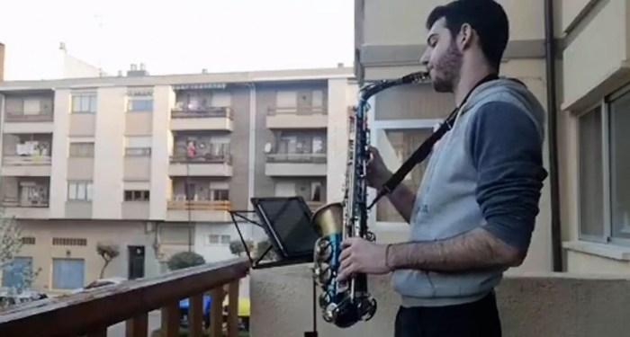 BALCONES. Un músico, entonando el Resistiré.