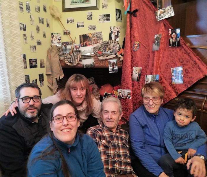 ACTIVIDADES. La familia de Piedrafita -Restaurante Lilium-, ante la exposición del Primer Viernes de Mayo que han colocado en su casa.