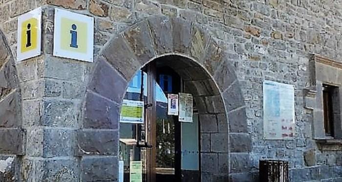 ENCUESTA. Oficina de Turismo de Biescas, en una imagen de archivo. La Comarca Alto Gállego participa en un estudio acerca de cómo será la apertura del sector turístico. (FOTO: Rebeca Ruiz)