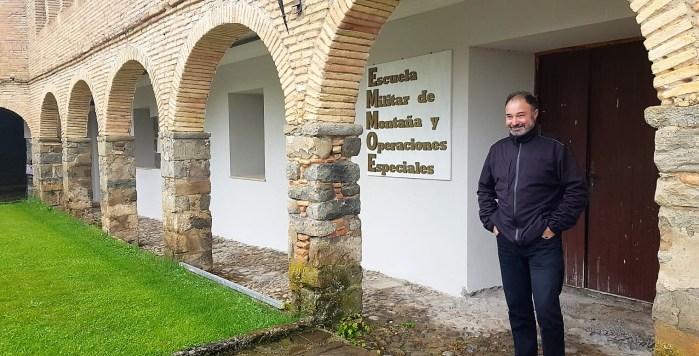 SOPORTALES. El Coronel Rubio, junto a una zona rehabilitada de los soportales del Patio de Armas. (FOTO: Rebeca Ruiz)
