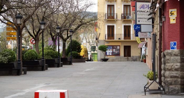 JACA. Avenida Primer Viernes de Mayo. Al fondo, el Hotel Mur. A la derecha, indicadores de establecimientos turísticos. (FOTO: Rebeca Ruiz)