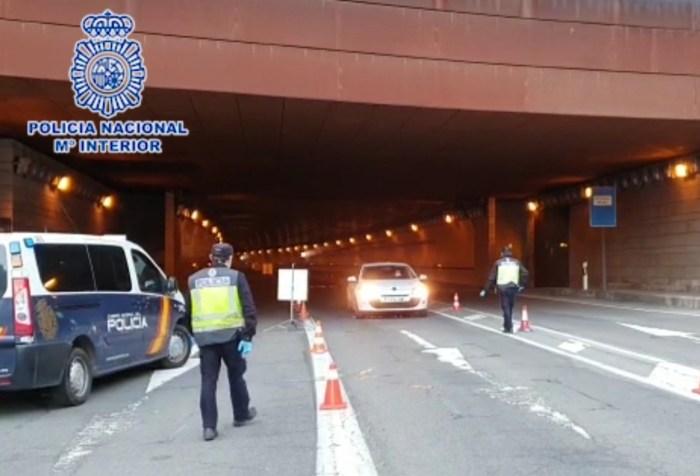 CONTROLES. Policías en el túnel del Somport. (FOTO: Policía Nacional)