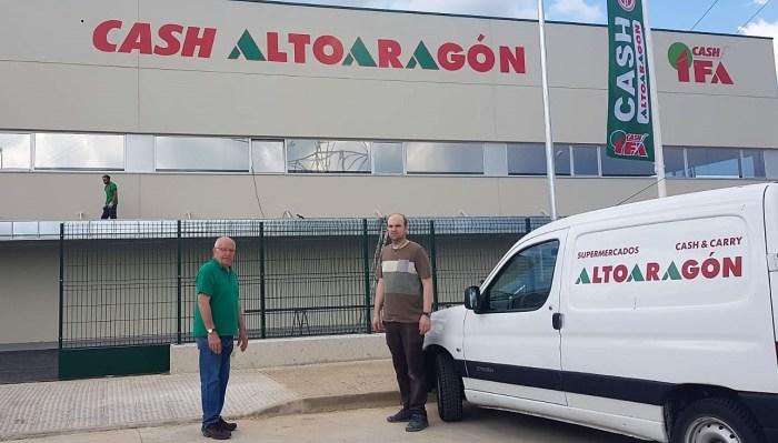 LLANO DE LA VICTORIA. Santiago Cabrero y David Vera, en la entrada de las nuevas instalaciones de Cash AltoAragón. (FOTO: Rebeca Ruiz)
