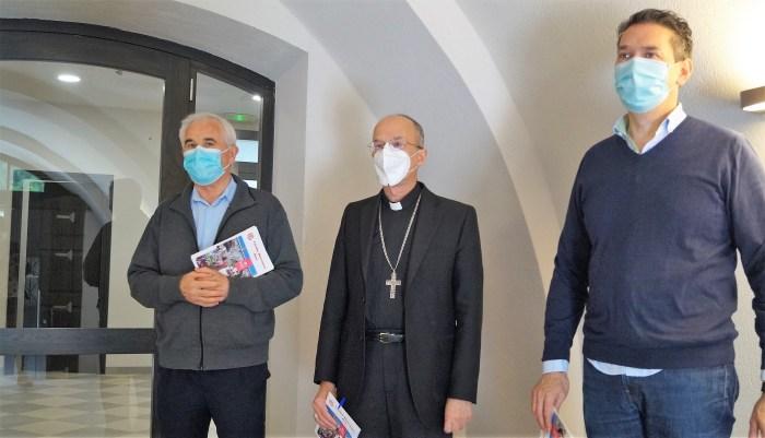 CÁRITAS. Fernando Jordán, el obiispo Julián Ruiz y Marcos Lera. (FOTO: Rebeca Ruiz)