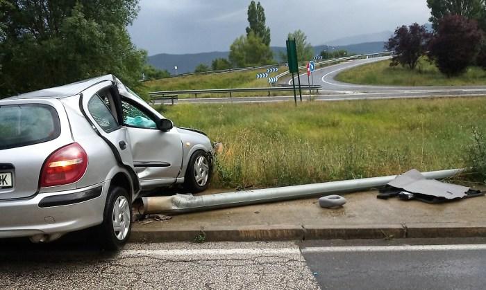 ACCIDENTE. Dos heridos al chocar su vehículo contra una farola en Jaca. (FOTO: Servicio de Emergencias del Ayuntamiento de Jaca)