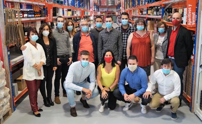 INAUGURACIÓN. Los trabajadores del nuevo Cash Altoaragón, un referente en el Pirineo aragonés. (FOTO: Rebeca Ruiz)