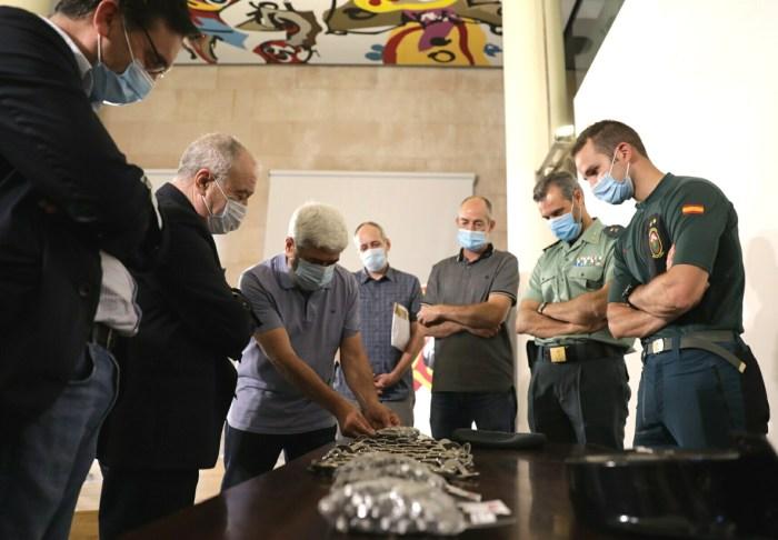 FÉLIX DE AZARA. Un momento de la donación al GREIM. (FOTO: DPH)