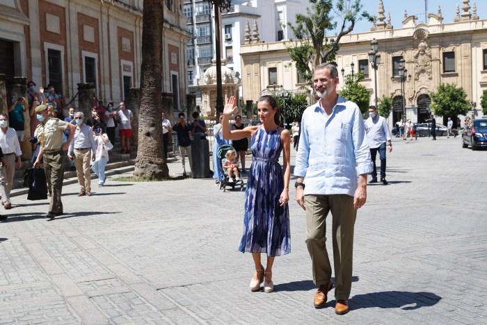 VISITA OFICIAL. Sus Majestades los Reyes a su llegada a las inmediaciones de la Catedral de Sevilla, durante su viaje a Andalucía. (FOTO: Casa Real)