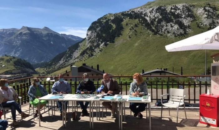 Presentación de la nueva revista de la Asociación Turística del Valle del Aragón. (FOTO: ATVA)