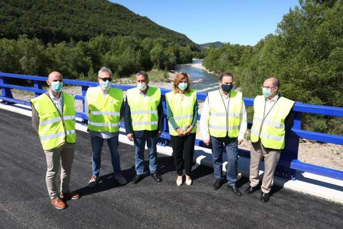 ÁBALOS. Un momento de la visita al nuevo ramal de acceso a Ascara. (FOTO: Gobierno de Aragón)