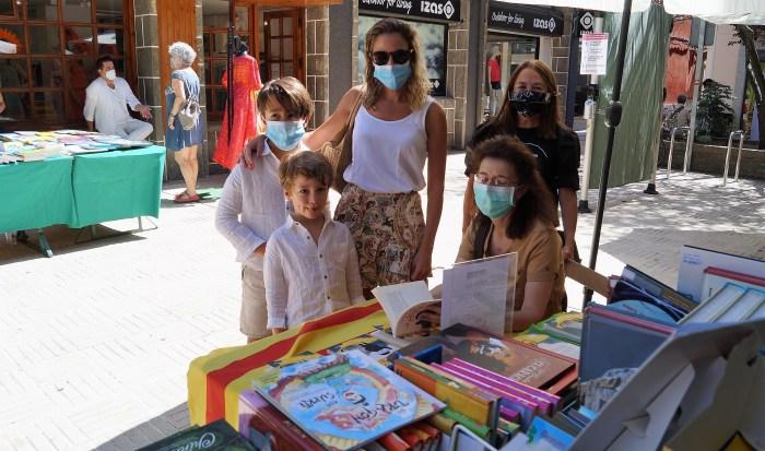 DÍA DEL LIBRO. Firma de ejemplares por Lourdes Aso en el Pasaje del Carmen. (FOTO: Rebeca Ruiz)