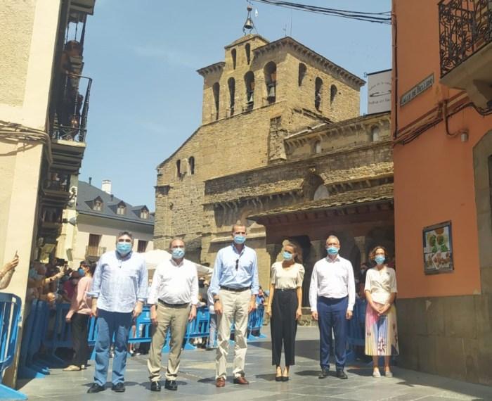 RECORRIDO. Los Reyes, durante el recorrido por las calles de Jaca. (FOTO: Rebeca Ruiz)