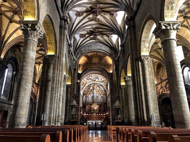 FUNERALES SUSPENDIDOS. Se suspenden los actos previstos en la Catedral de Jaca (en la foto, una imagen de Ana López Artillo), Biescas y Sabiñánigo.