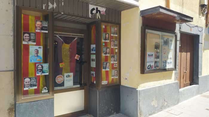 SEDE. CHA Jacetania denuncia una agresión fascista tras aparecer pegatinas con mensajes contrarios al Gobierno en su puerta de entrada. (FOTO: Rebeca Ruiz)