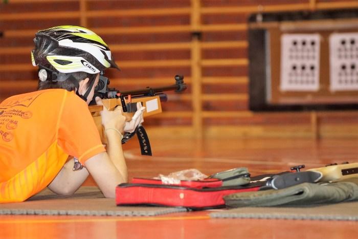 BIATHLON. Un joven practica tiro en las jornadas piloto de Jaca. (FOTO: Rebeca Ruiz)