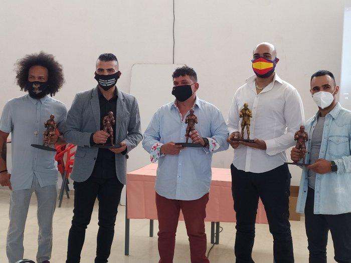 TROFEO. Los cinco grandes del boxeo español que recibieron su galardón Iganacio Ara, este sábado, en Sigüés. (FOTO: Oficina de Turismo de Sigüés)