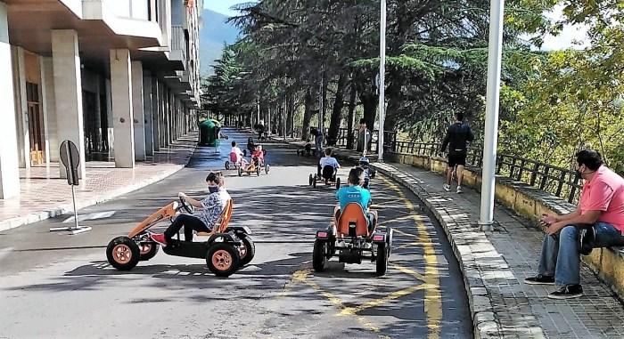 Karts a pedales, este domingo, en el Paseo de Invierno de Jaca. (FOTO: Logic Move)