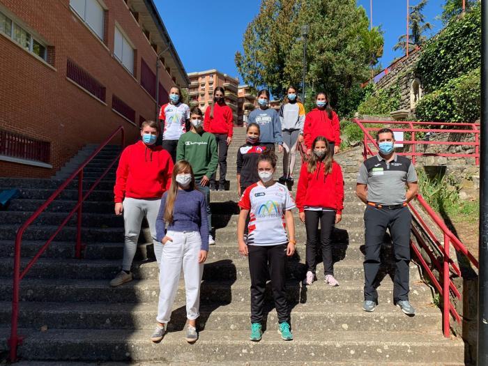 Los deportistas del Club Hielo del Pirineo y del Club Hielo Jaca, junto al entrenador de la FADI, José Manuel Sangüesa. (FOTO: FADI)