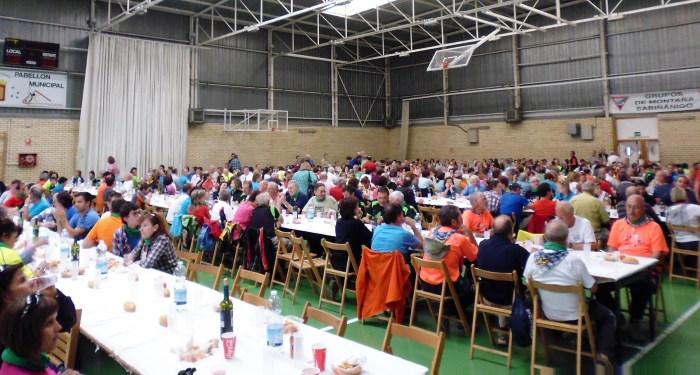 Comida fraternal en Sabiñánigo, durante el XV Día del Senderista, organizado por GMS. (FOTO: Chema Tapia)
