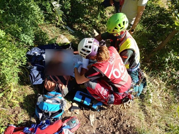 AUXILIO. Atención al montañero accidentado en Sallent de Gállego. (FOTO: Guardia Civil)