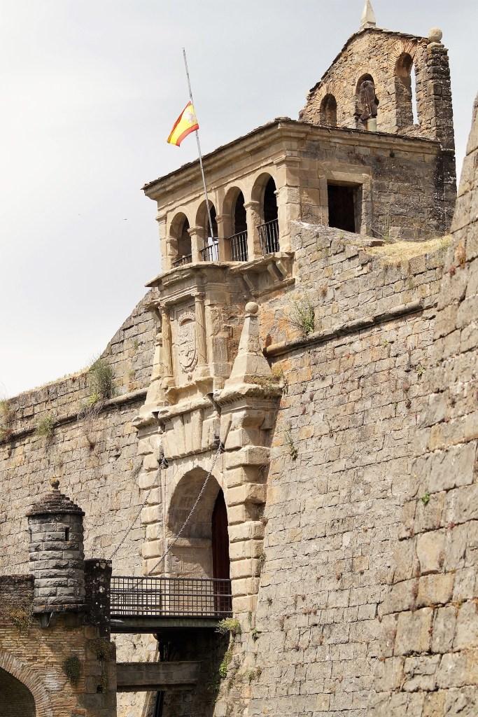 CIUDADELA DE JACA. Puente, entrada y espadaña, desde el foso. (FOTO: Rebeca Ruiz)