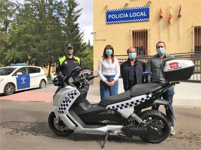 Presentación de la nueva moto de la Policía Local. (FOTO: Ayuntamiento de Sabiñánigo)