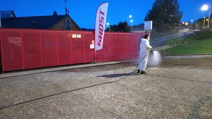 PROTOCOLO SANITARIO. Desinfección en la entrada de Escuelas Pías. (FOTO: Ayuntamiento de Jaca)