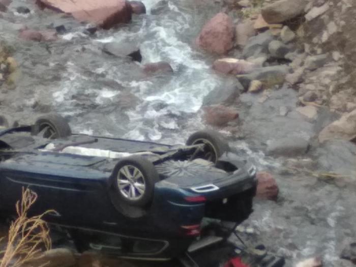 Aparatoso accidente al caer un turismo con cuatro ocupantes al barranco del río en Astún. (FOTO: Ayuntamiento de Jaca)