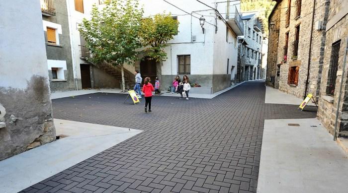 Calle Mayor de Villanúa, una obra realizada con una partida del POS. (FOTO: DPH/P. Otín)