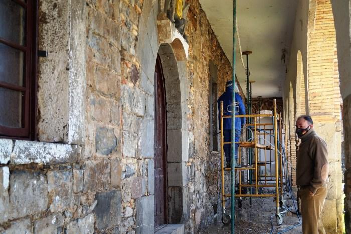 Obras en los soportales del Palacio del Gobernador. (FOTO: Rebeca Ruiz)