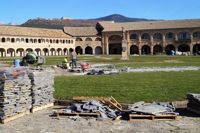 Colocación de enlosado en la zona central del Patio de Armas de la Ciudadela de Jaca. (FOTO: Rebeca Ruiz)