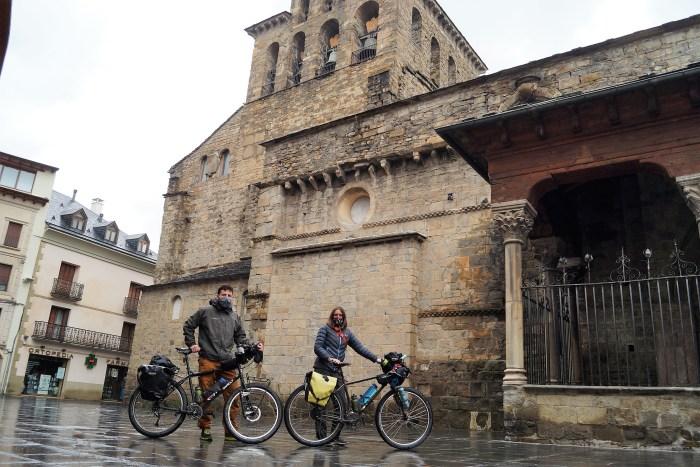 En Route Creative Nomad son Hugo Perrin y Sarah Andrade. En la imagen, junto a la Catedral de Jaca. (FOTO: Rebeca Ruiz)