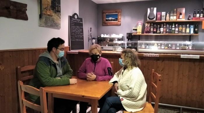Javier Belío, teniente de alcalde de Jasa, junto a Isabel Cebrián (vecina) y Pilar Gil (actual gestora del bar-restaurante). (FOTO: Pilar Fenero)