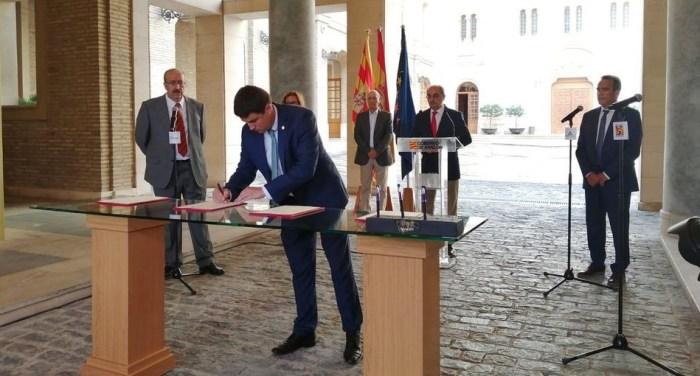 Momento de la firma del protocolo en el que se enmarca la medida de destinar un millón de euros a autónomos, pymes y entidades de economía social. (FOTO: DPH)