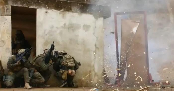 Fotograma del video difundido por Defensa, en el que se da a conocer cómo se entrenan los militares en la técnica del breching.