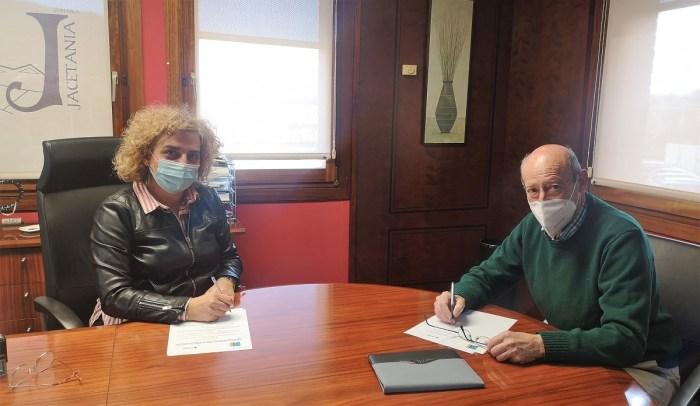 Montse Castán y Luis Castán firman el convenio de colaboración. (FOTO: Comarca de La Jacetania)