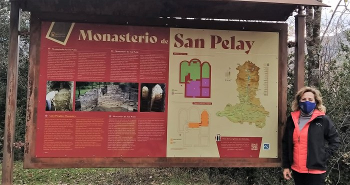 La consejera comarcal de Cultura, Isabel Manglano, junto a uno de los nuevos paneles informativos. En concreto, el del Monasterio de San Pelay. (FOTO: Comarca Alto Gállego)