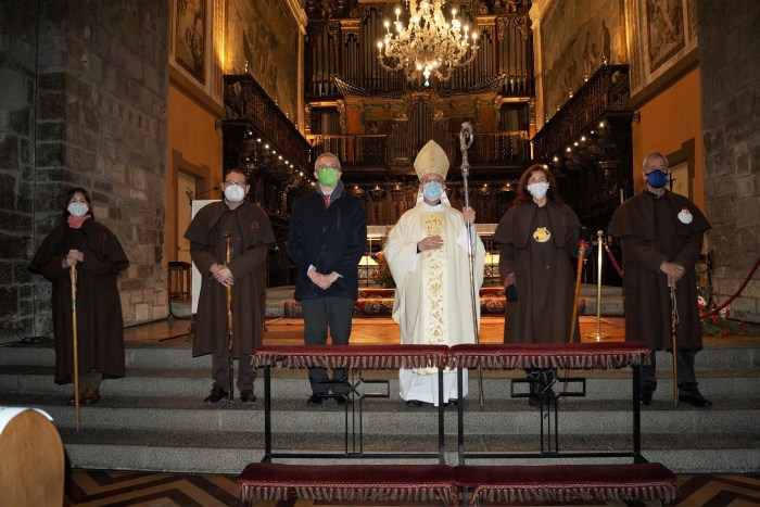 Miembros de la Asociación de Amigos del Camino de Santiago de Jaca, junto al obispo Julián Ruiz y al alcalde, Juan Manuel Ramón. (FOTO: Rebeca Ruiz)