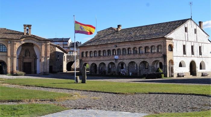 Los cuarteles de Santa Orosia (iglesia original). A la derecha de la image, la capilla actual. (FOTO: Rebeca Ruiz)