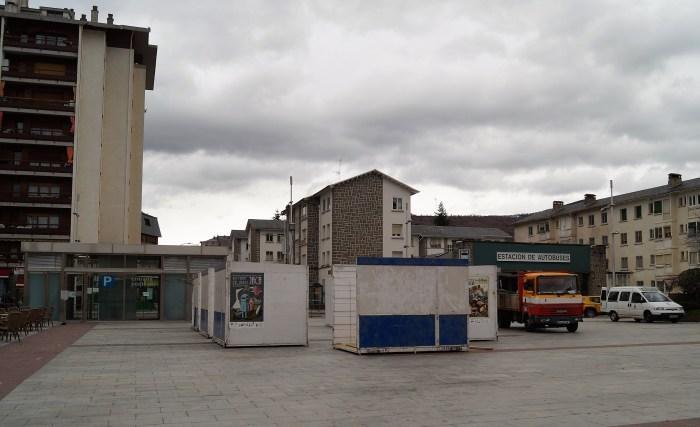 Las casetas ya se están colocando en la Plaza Biscós ante la posibilidad de que se puedan celebrar los Mercados Jaca Pirineos. (FOTO: Rebeca Ruiz)