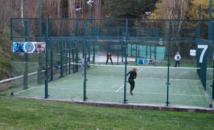 Una de las pistas de las instalaciones de Pyrene Jaca, donde se impartirán los cursillos de tenis y pádel. (FOTO: Rebeca Ruiz)