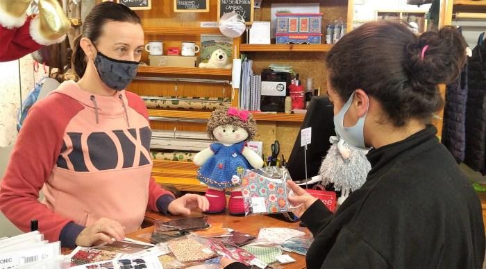 Las mascarillas solidarias de Escuelas Pías se pueden encargar online o en Deportes Chuss.