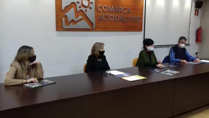 Un momento de la presentación del calendario comarcal del Alto Gállego y O Zoque, realizado con fotografías de Enrique Satué.