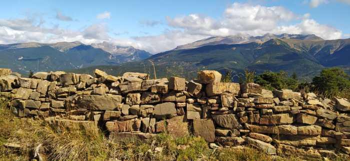 Muros de piedra seca en la subida al Monte Albarún. (FOTO: Rebeca Ruiz)