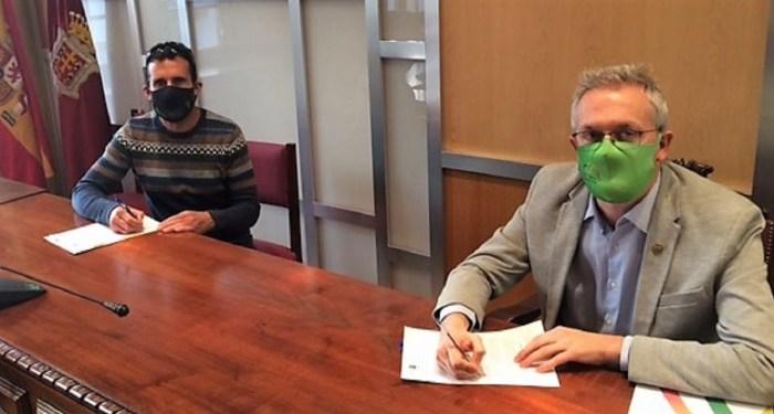 Óscar Bara y Juan Manuel Ramón, durante la firma del convenio con el CF Jacetano. (FOTO: Ayuntamiento de Jaca)