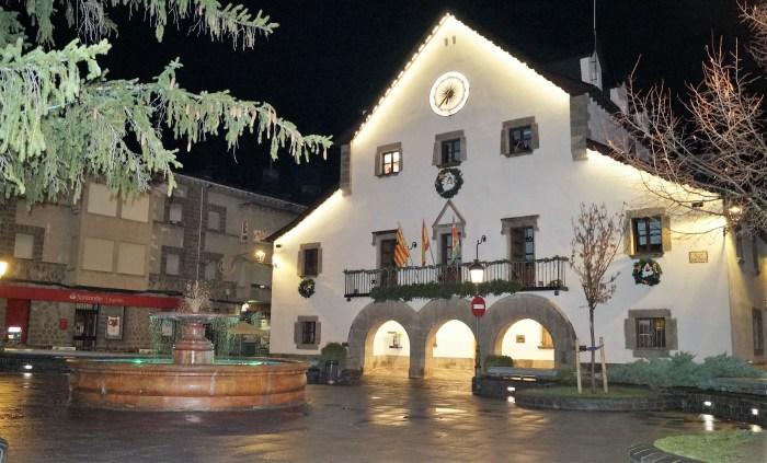 El Ayuntamiento de Biescas, con la decoración de Navidad. (FOTO: Rebeca Ruiz)