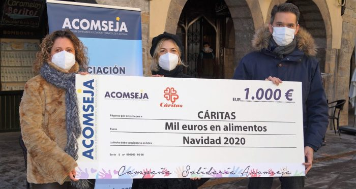 Acomseja ha entregado sus 1.000 euros solidarios al Banco de Alimentos de Cáritas. (FOTO: Rebeca Ruiz)