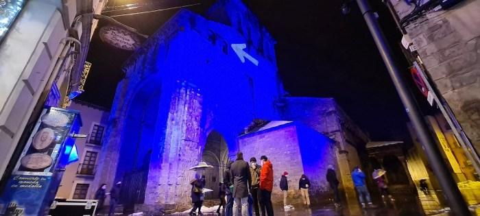 La Catedral, iluminada de azul, en la apertura del Año Santo Compostelano en Jaca, en la que participaron los Amigos del Camino de Santiago. (FOTO: Rebeca Ruiz)