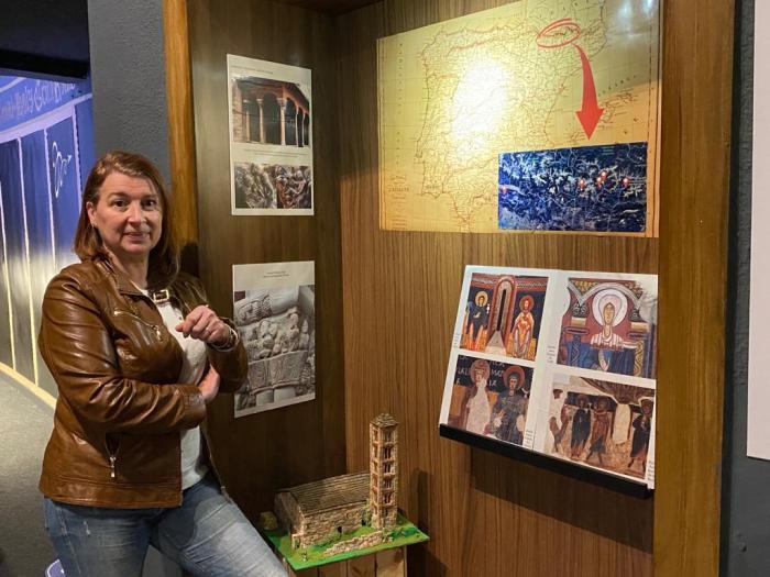 Alicia Palazón, directora de Aula Grial, junto algunas referencias de Aragón, entre ellas, la lonja chica de la Catedral de Jaca.