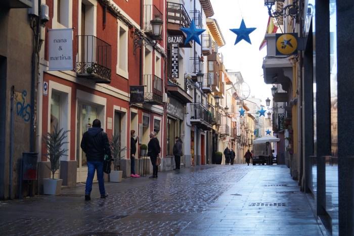 """""""Nuestro futuro está en juego. Queremos un Pirineo vivo"""". Por +Jaca Podemos-Equo. En la imagen, Calle del Carmen de Jaca. (FOTO: Rebeca Ruiz)"""